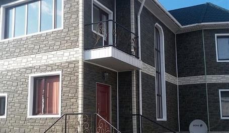 Обшивка дома под камень серый